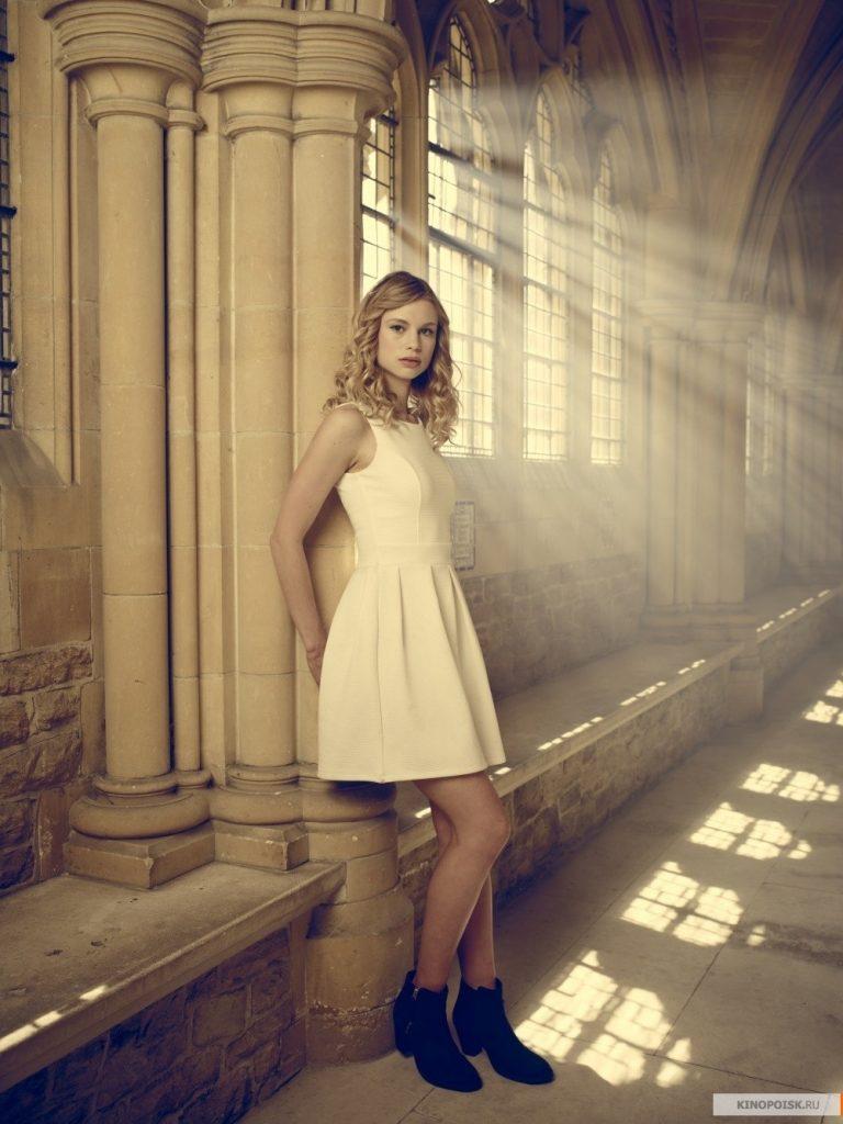 Lucy Fry en mini-robe
