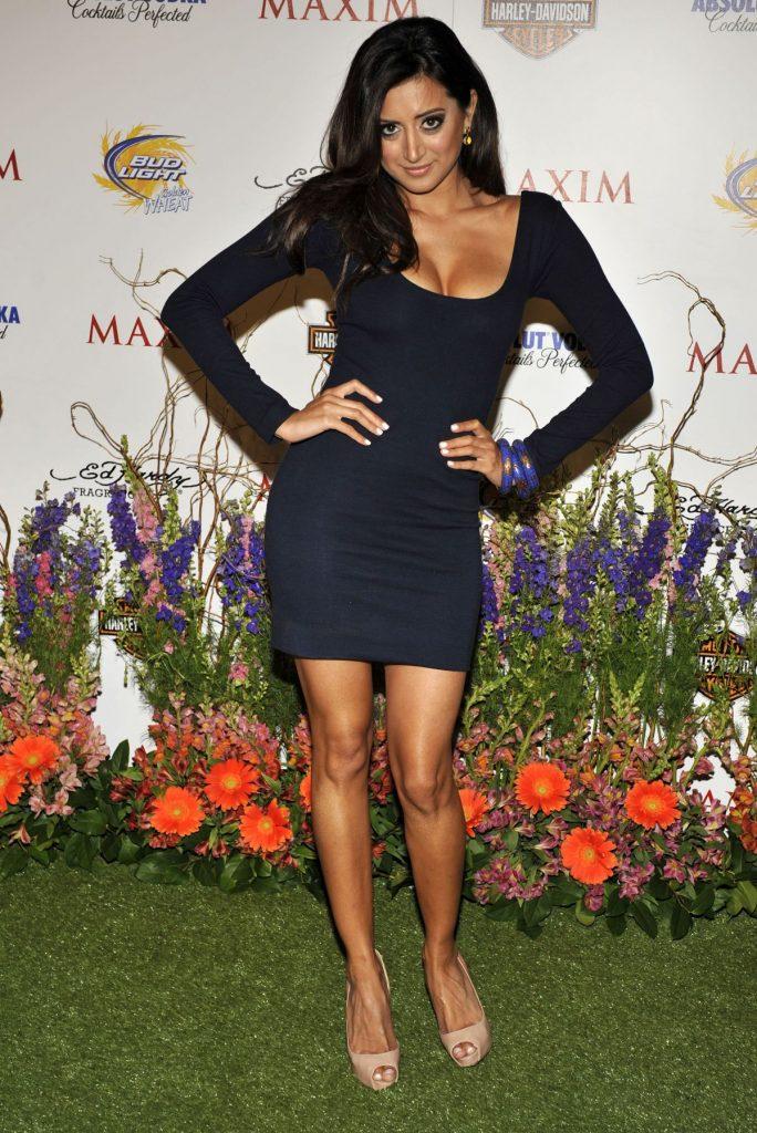 Noureen DeWulf en mini-robe décolletée