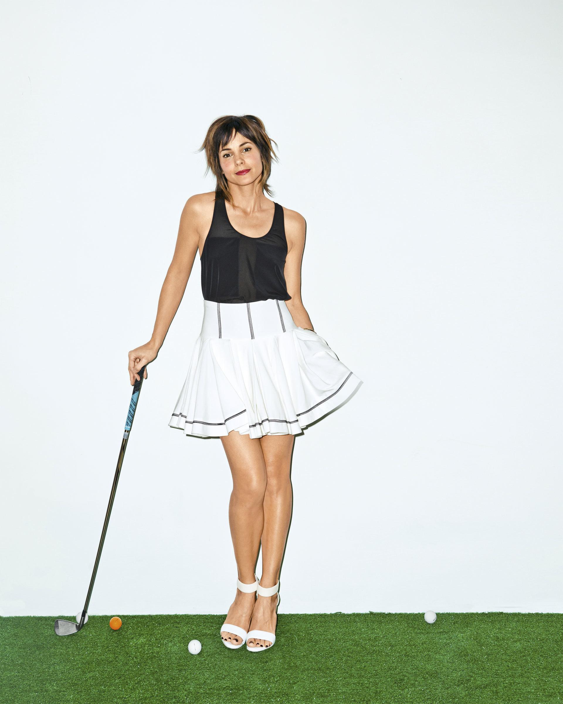 Stephanie Szostak en mini-jupe et débardeur