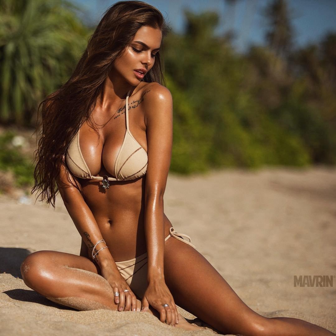 Viktoria Odintsova en bikini sur la plage