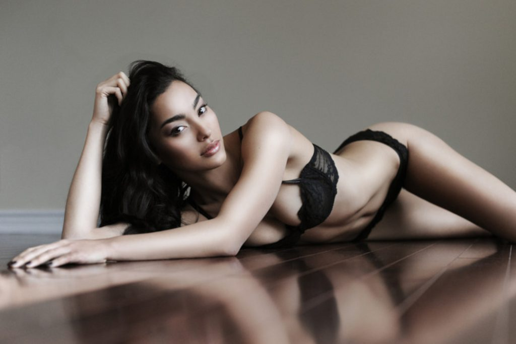 Adrianne Ho en lingerie de dentelle