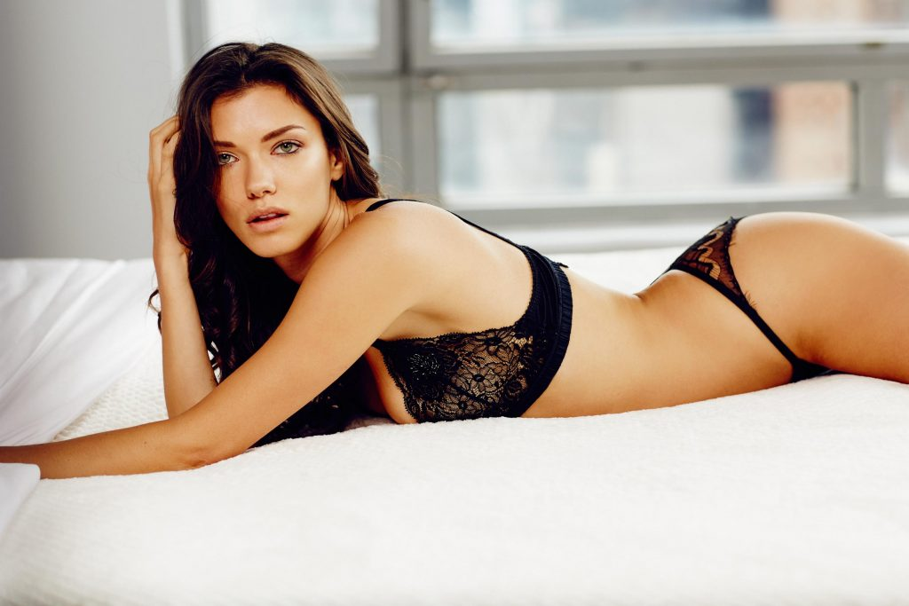 Anna-Christina Schwartz en lingerie de dentelle