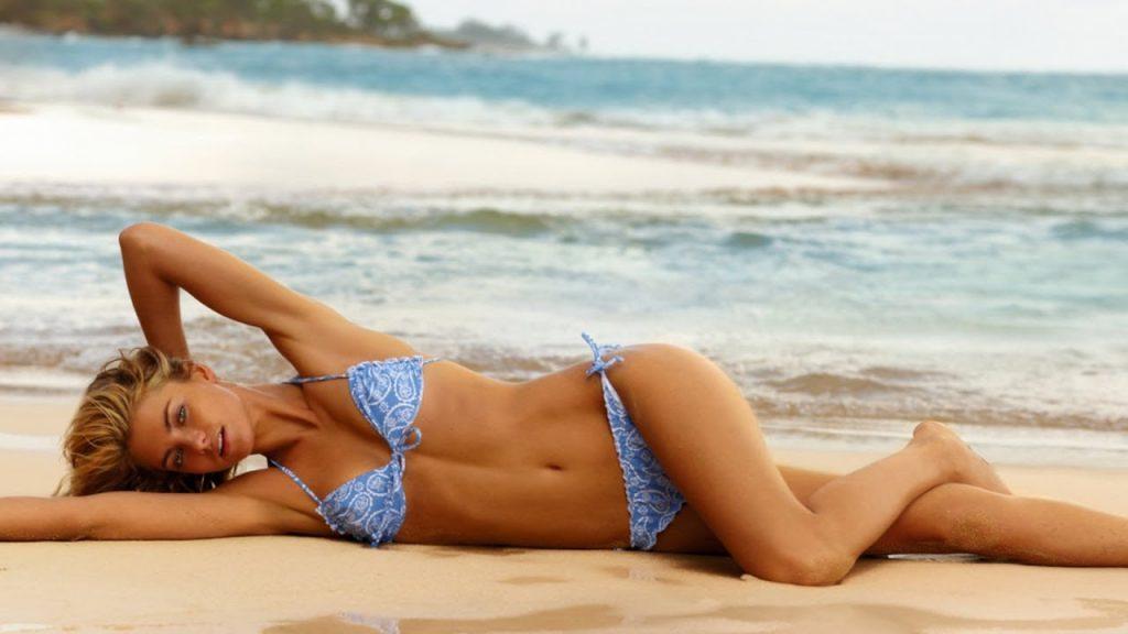 Elyse Taylor en bikini sur la plage