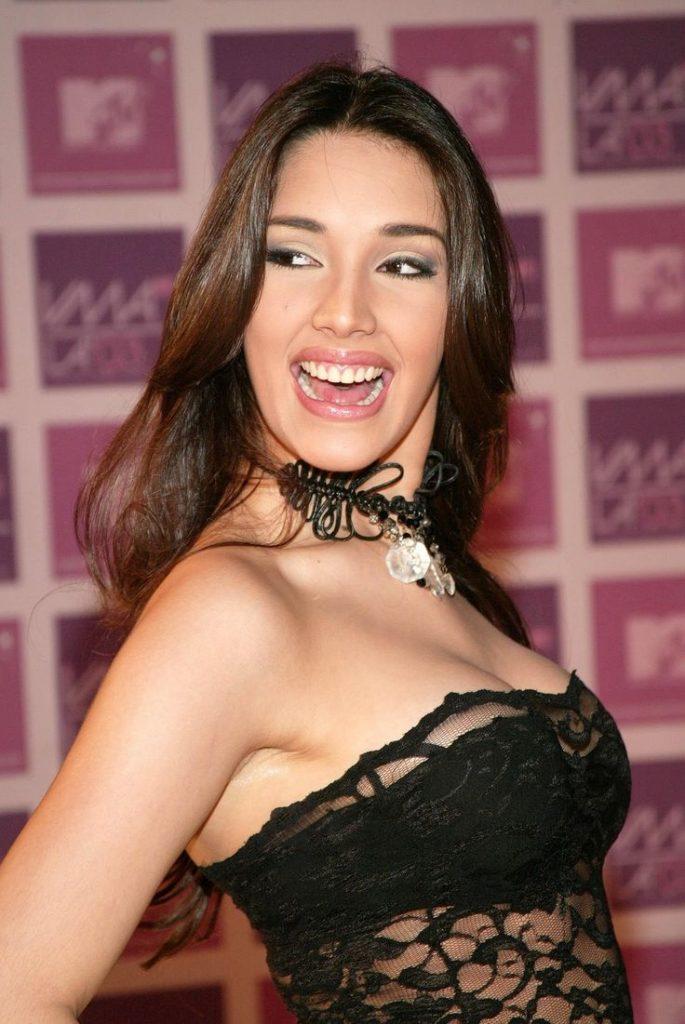 Amelia Vega en robe de dentelle