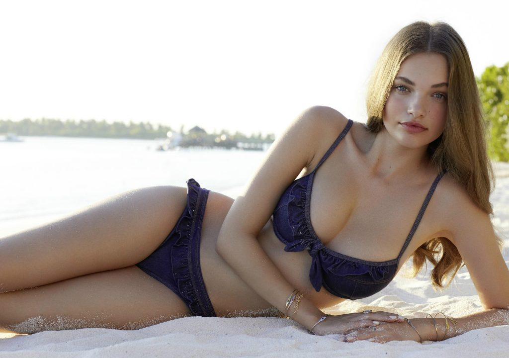 Noor Schauten en bikini sur la plage