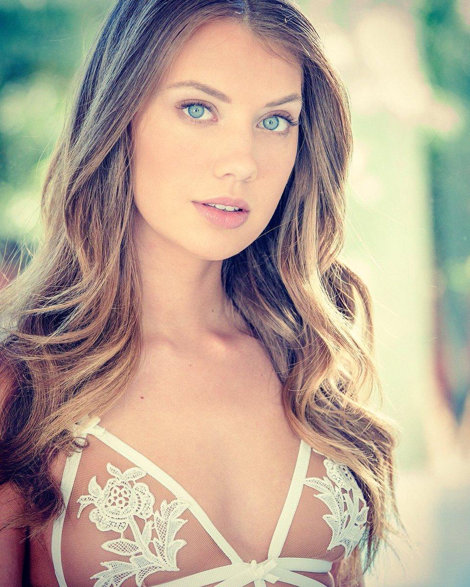 Elena Koshka en lingerie de dentelle