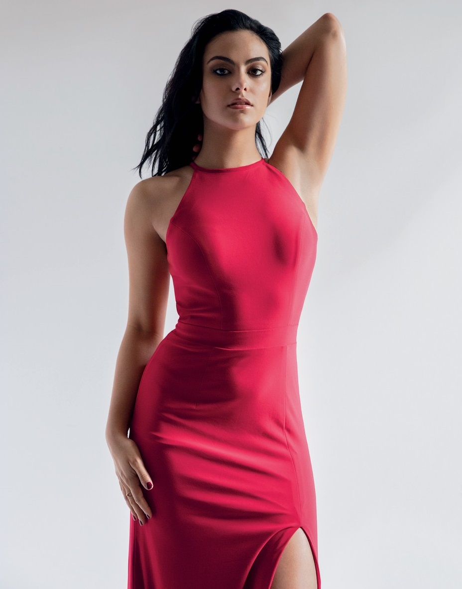 Camila Mendes en robe fendue