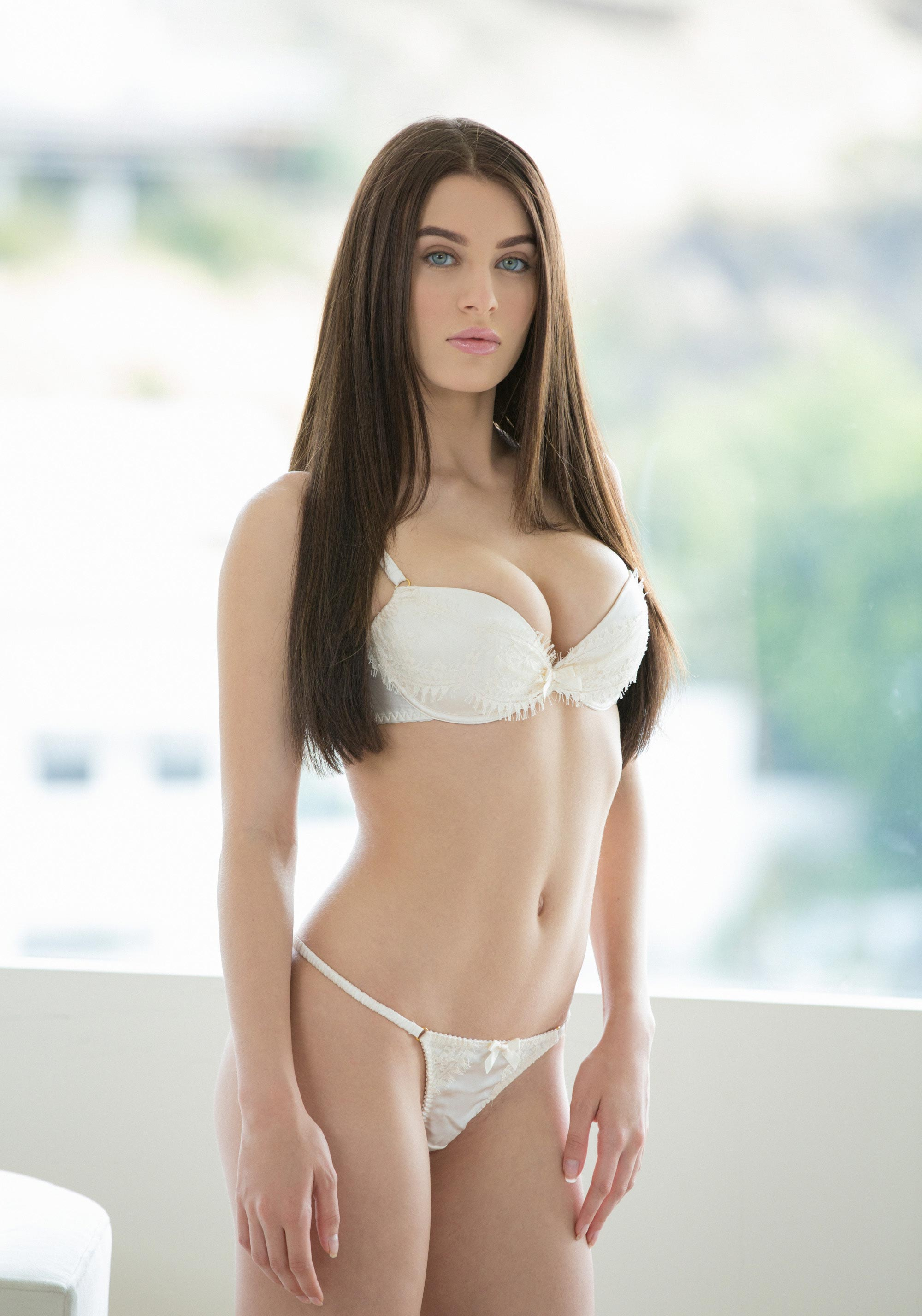 Lana Rhoades en lingerie