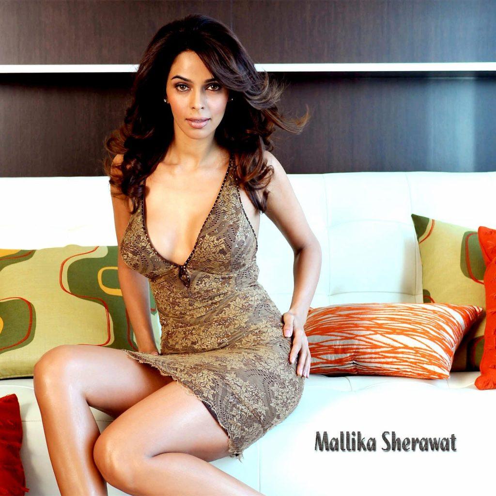 Mallika Sherawat en mini-robe très décolletée