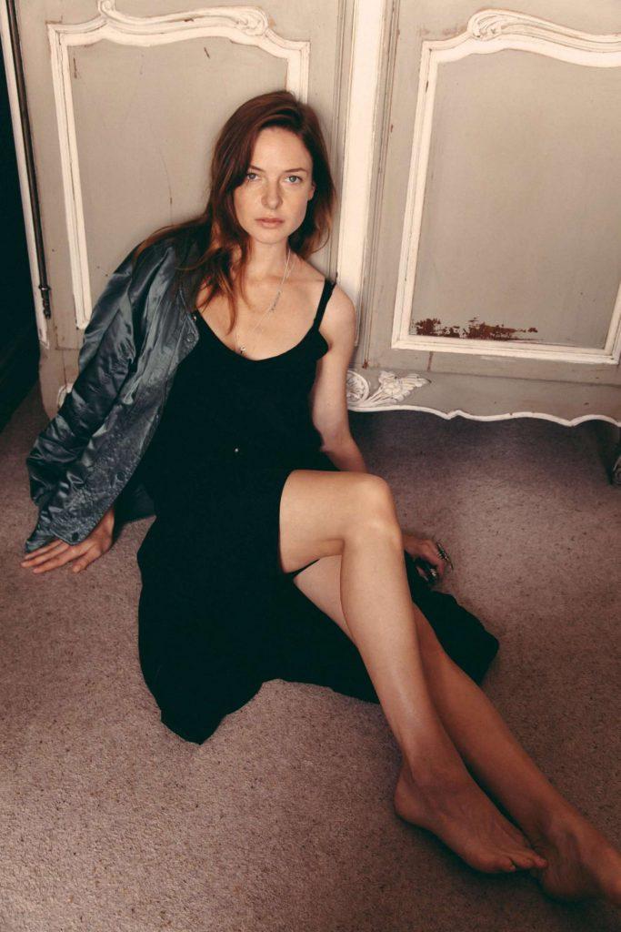 Rebecca Ferguson en robe décolletée