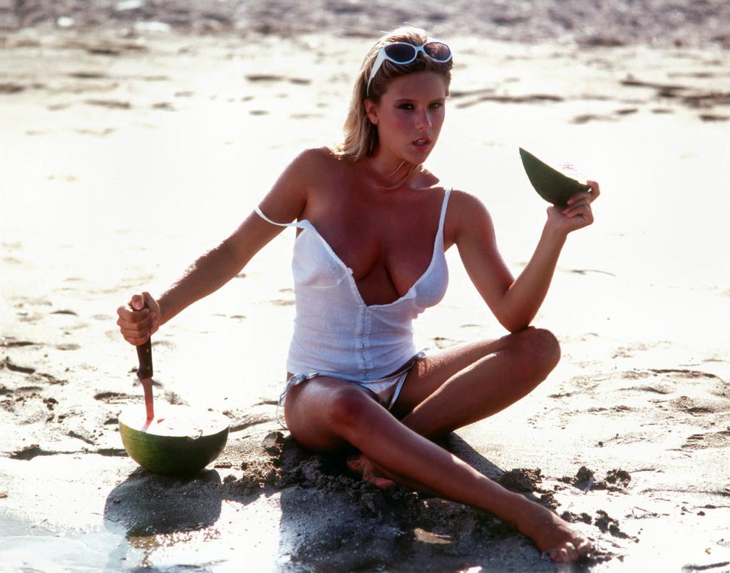 Samantha Fox en bikini sur la plage