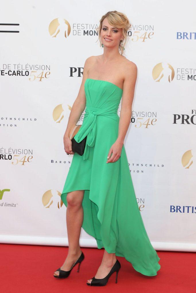 Sara Mortensen en robe décolletée