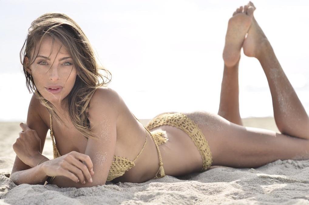 Alessia Tedeschi en bikini sur la plage