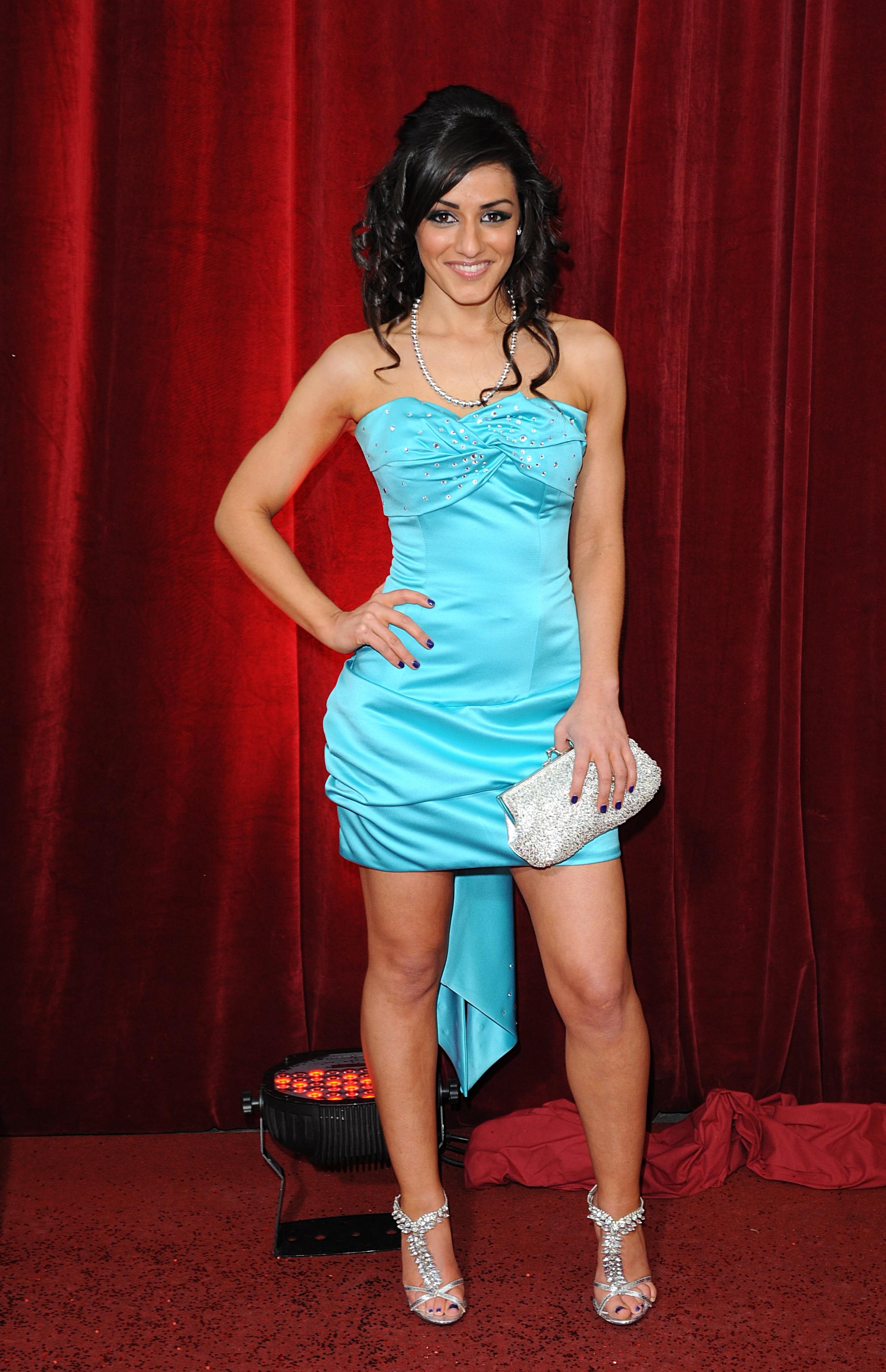 Saira Choudhry en mini-robe