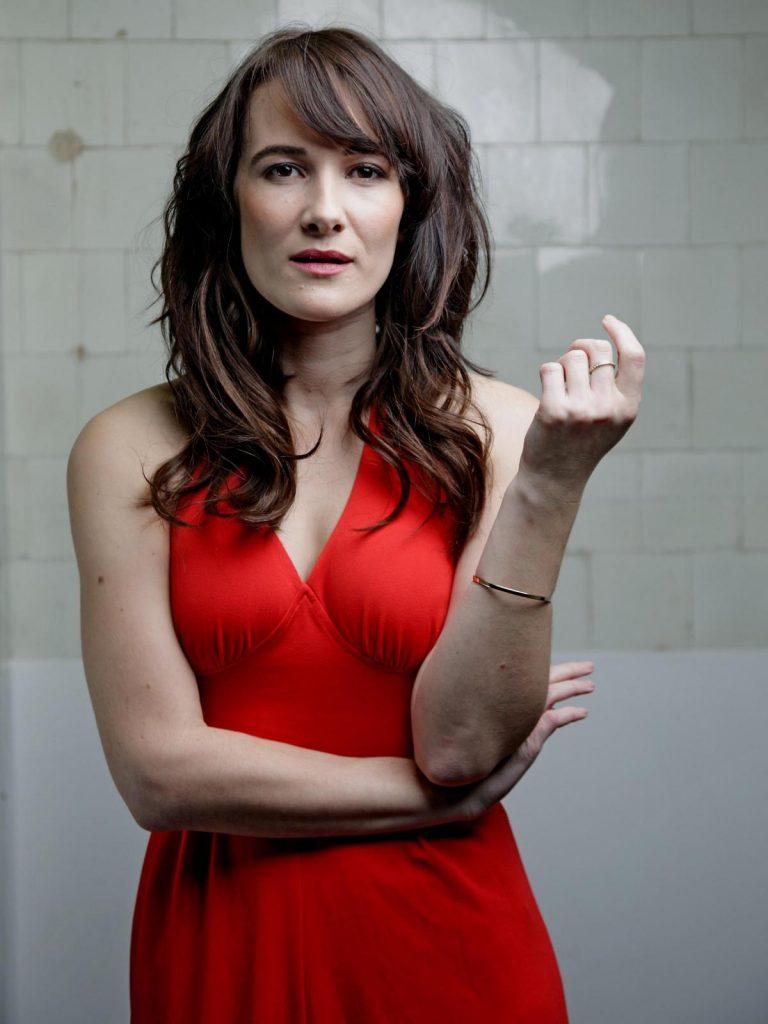 Sarah Solemani en robe décolletée