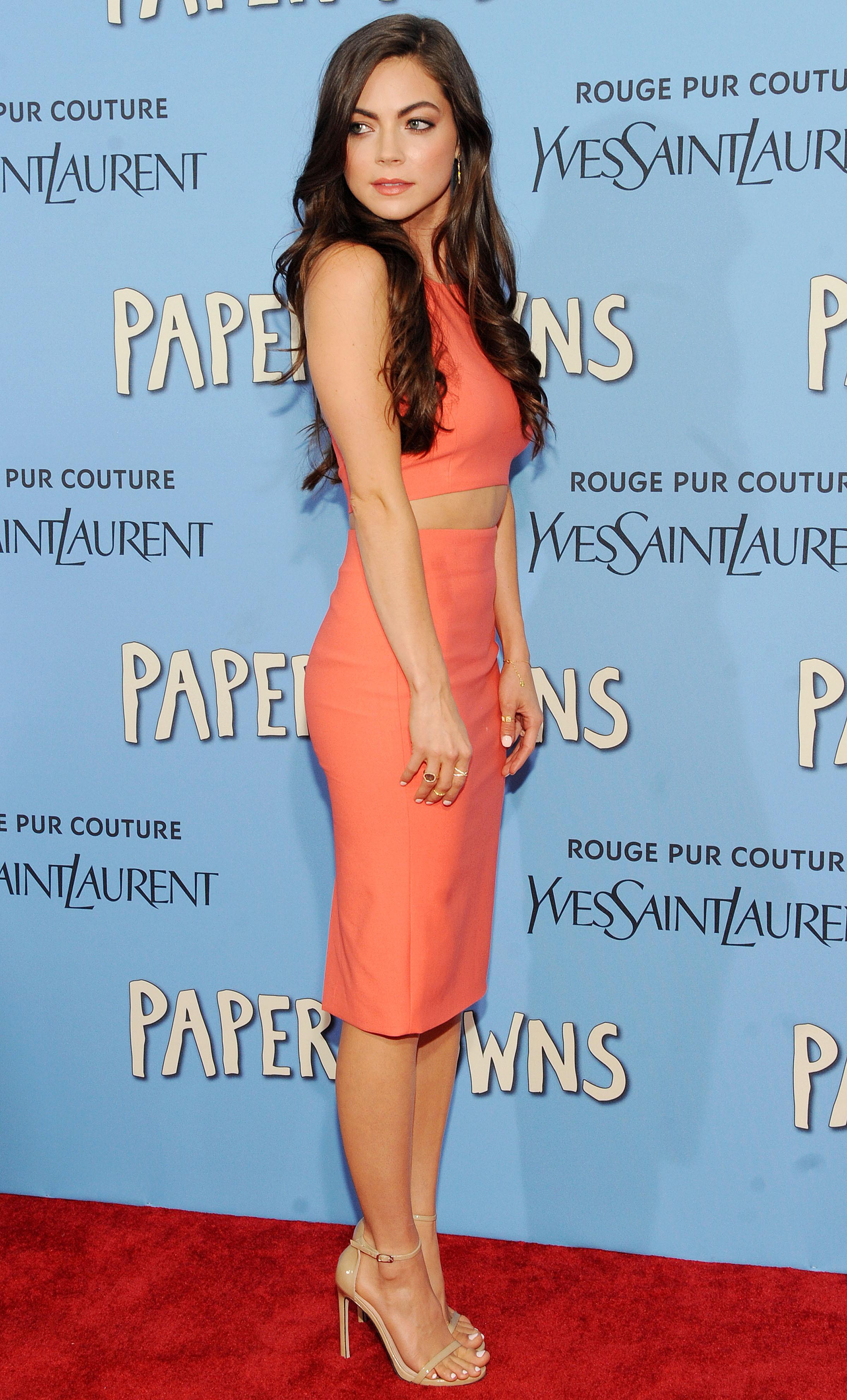 Caitlin Carver en robe moulante