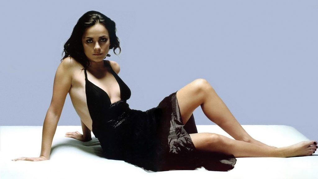 Alice Braga en mini-robe très décolletée