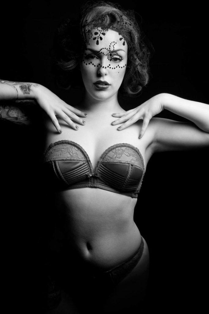 Audrey Ivory en lingerie de dentelle