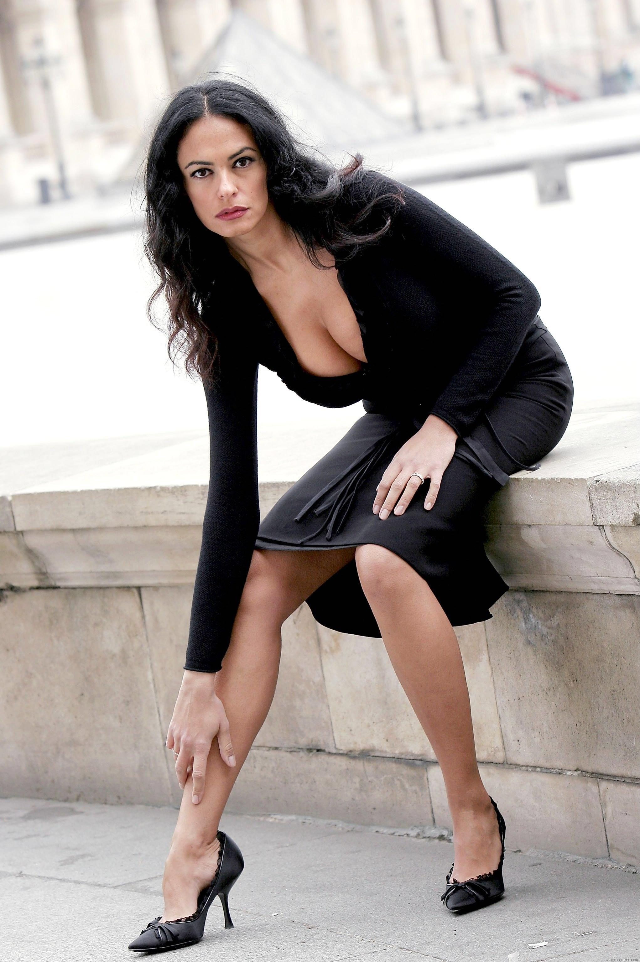 Maria Grazia Cucinotta en mini-robe très décolletée