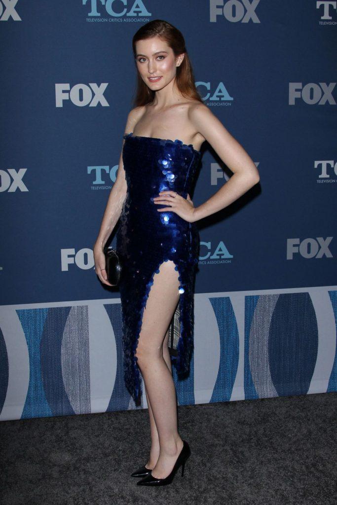 Olivia Macklin en robe fendue