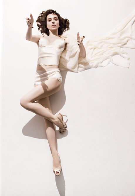 Sally Hawkins en lingerie rétro