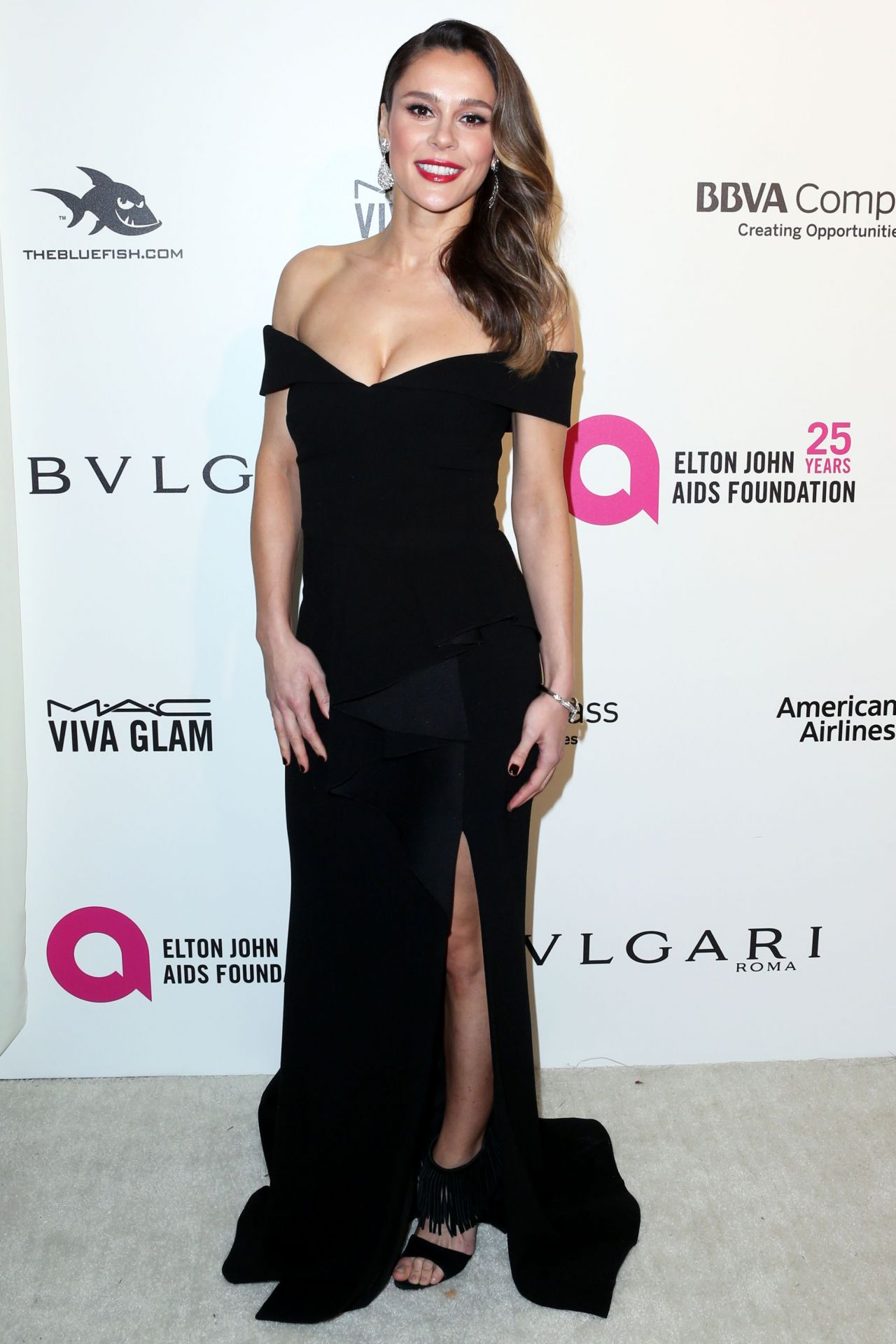 Bella Dayne en robe très décolletée