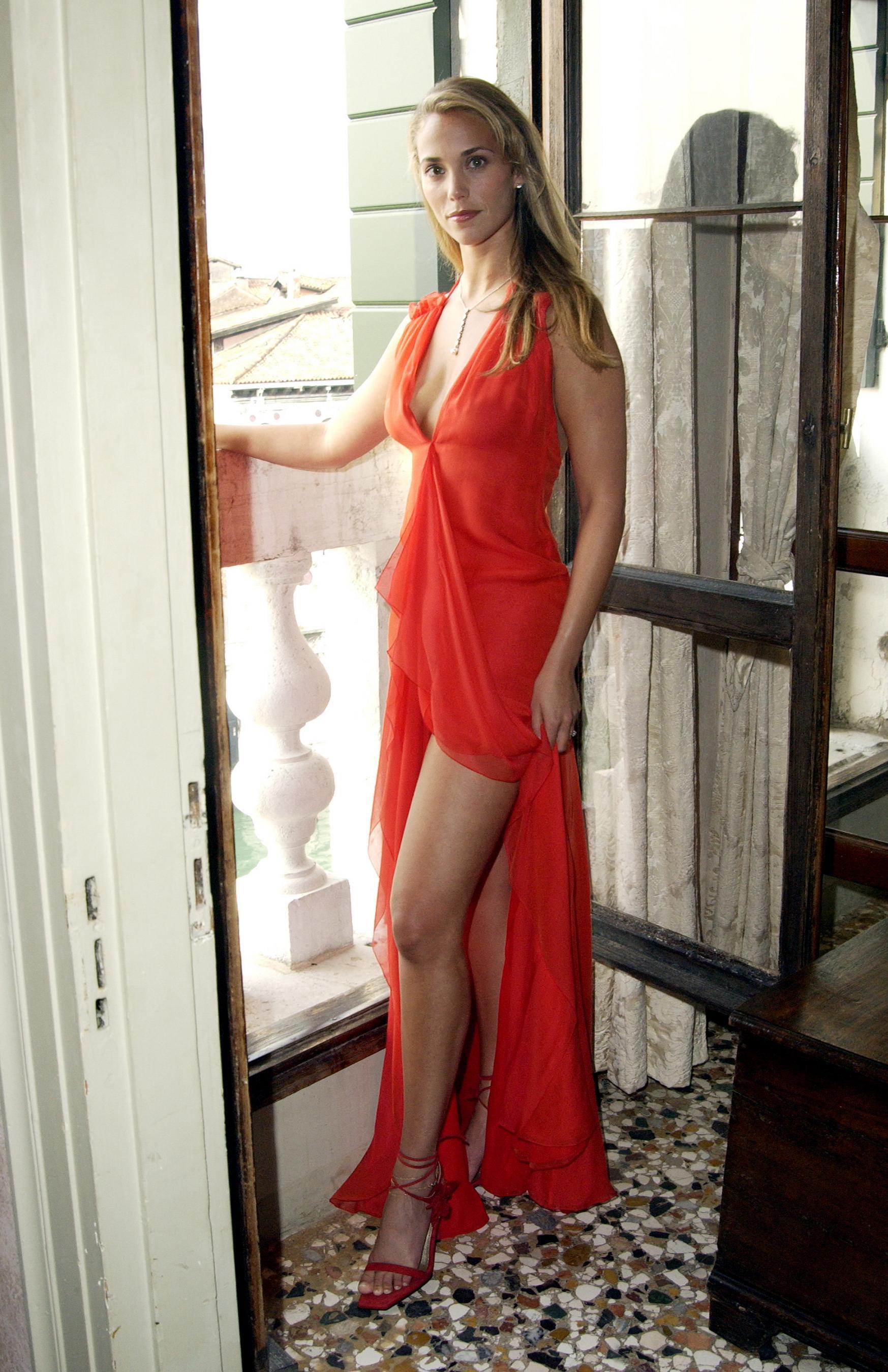 Elizabeth Berkley en robe fendue