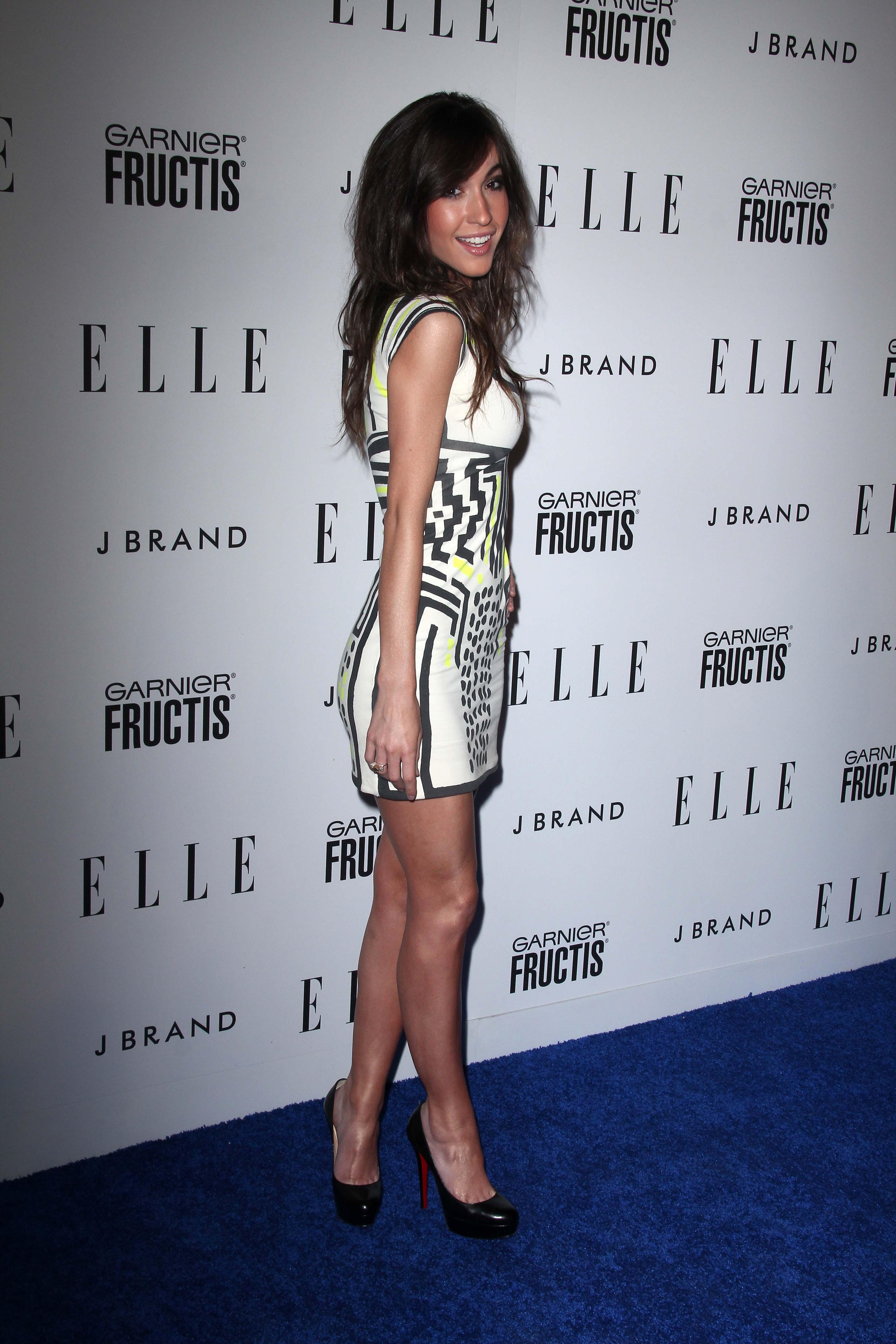 Kate Voegele en mini-robe moulante