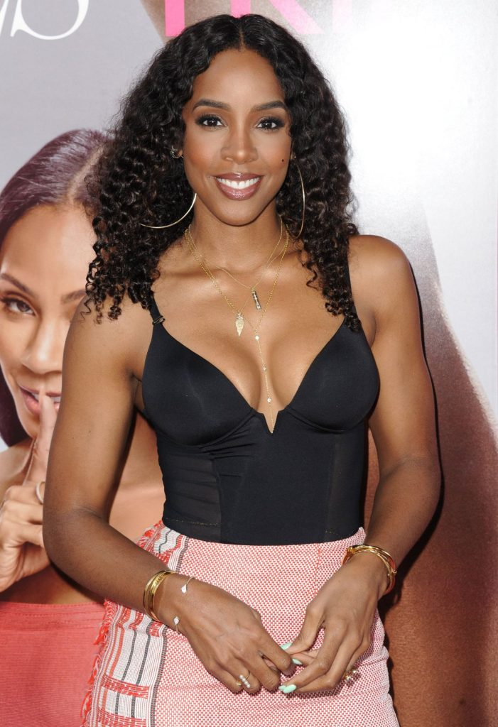 Kelly Rowland en robe très décolletée