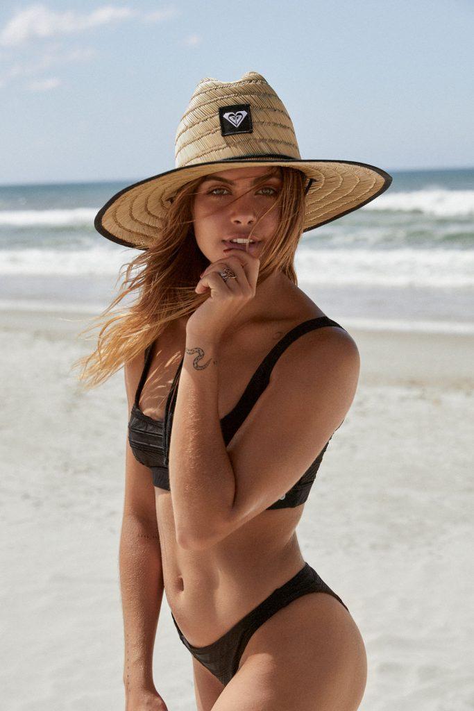 Mimi Elashiry en bikini sur la plage