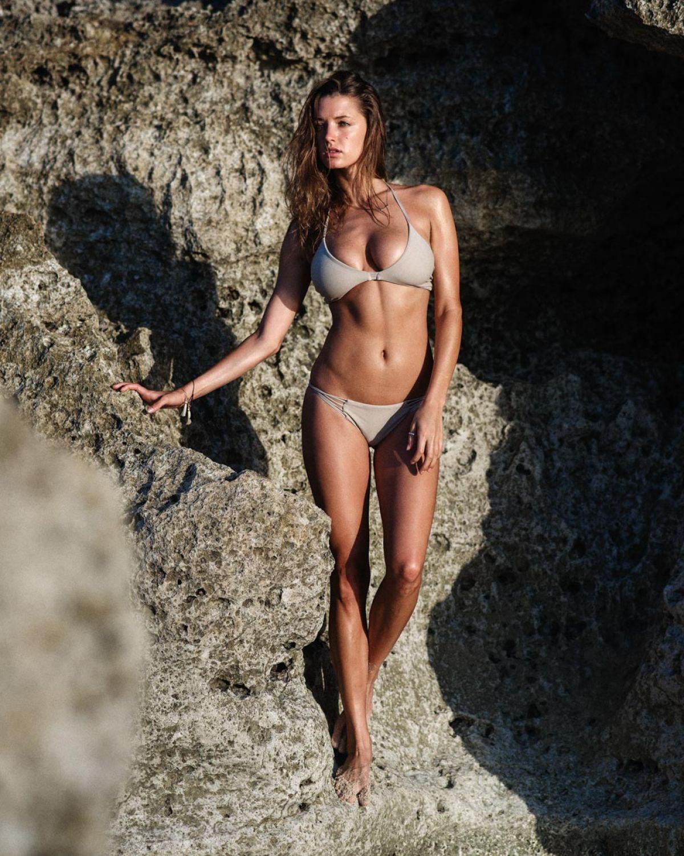 Alyssa Arce en bikini