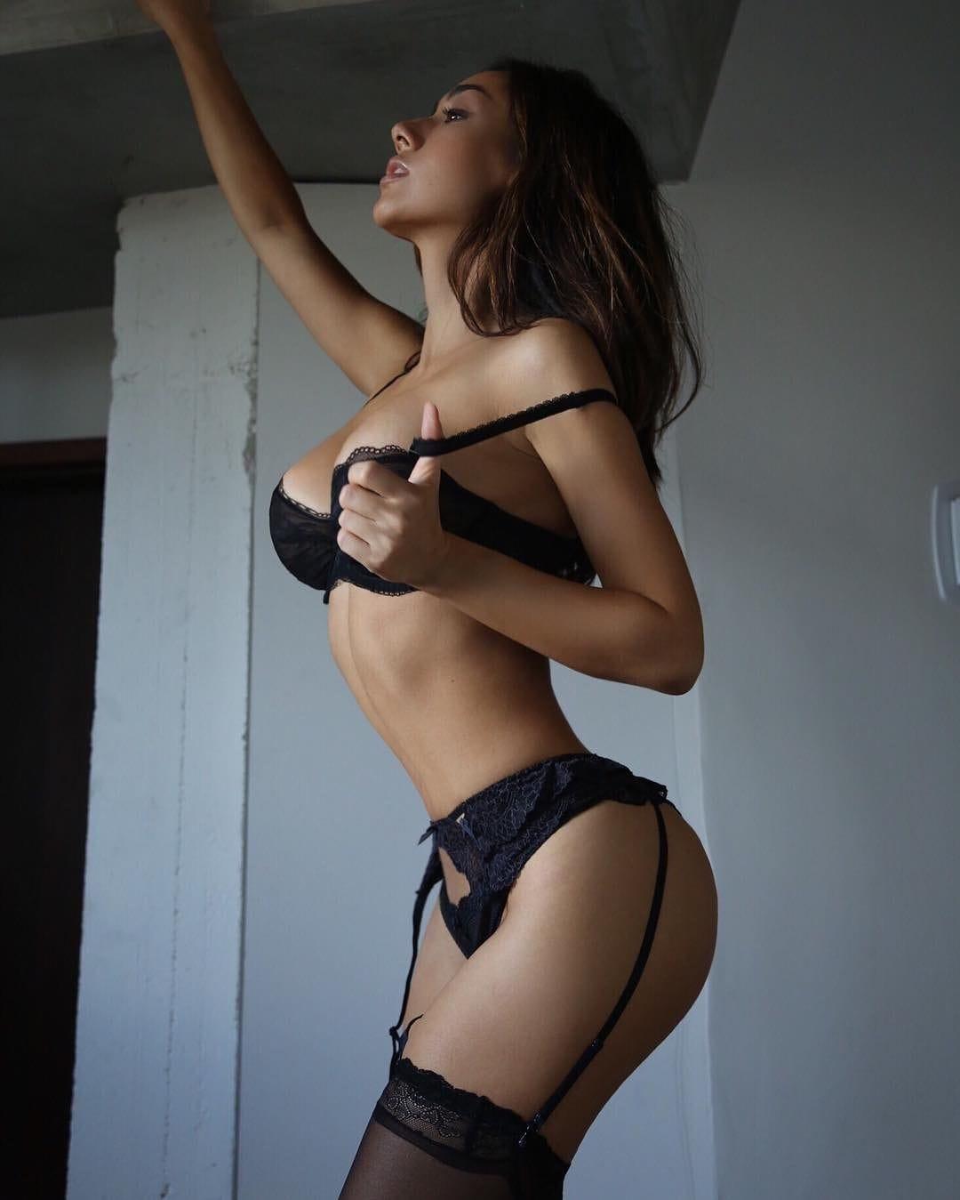 Julia Misaki en lingerie