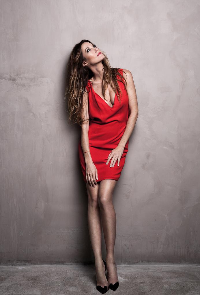 Mareva Galanter en mini-robe très décolletée