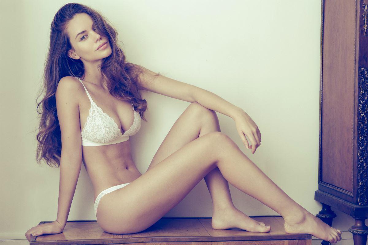 Maria-Emilia Mondelli en lingerie de dentelle