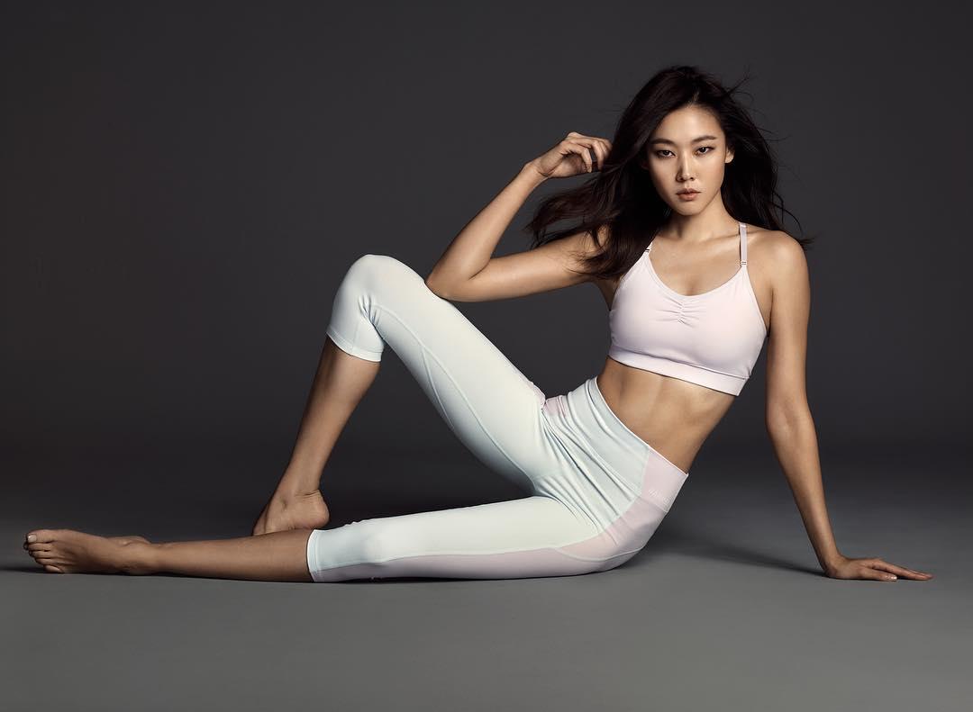 Han Hye-jin en soutien-gorge et legging