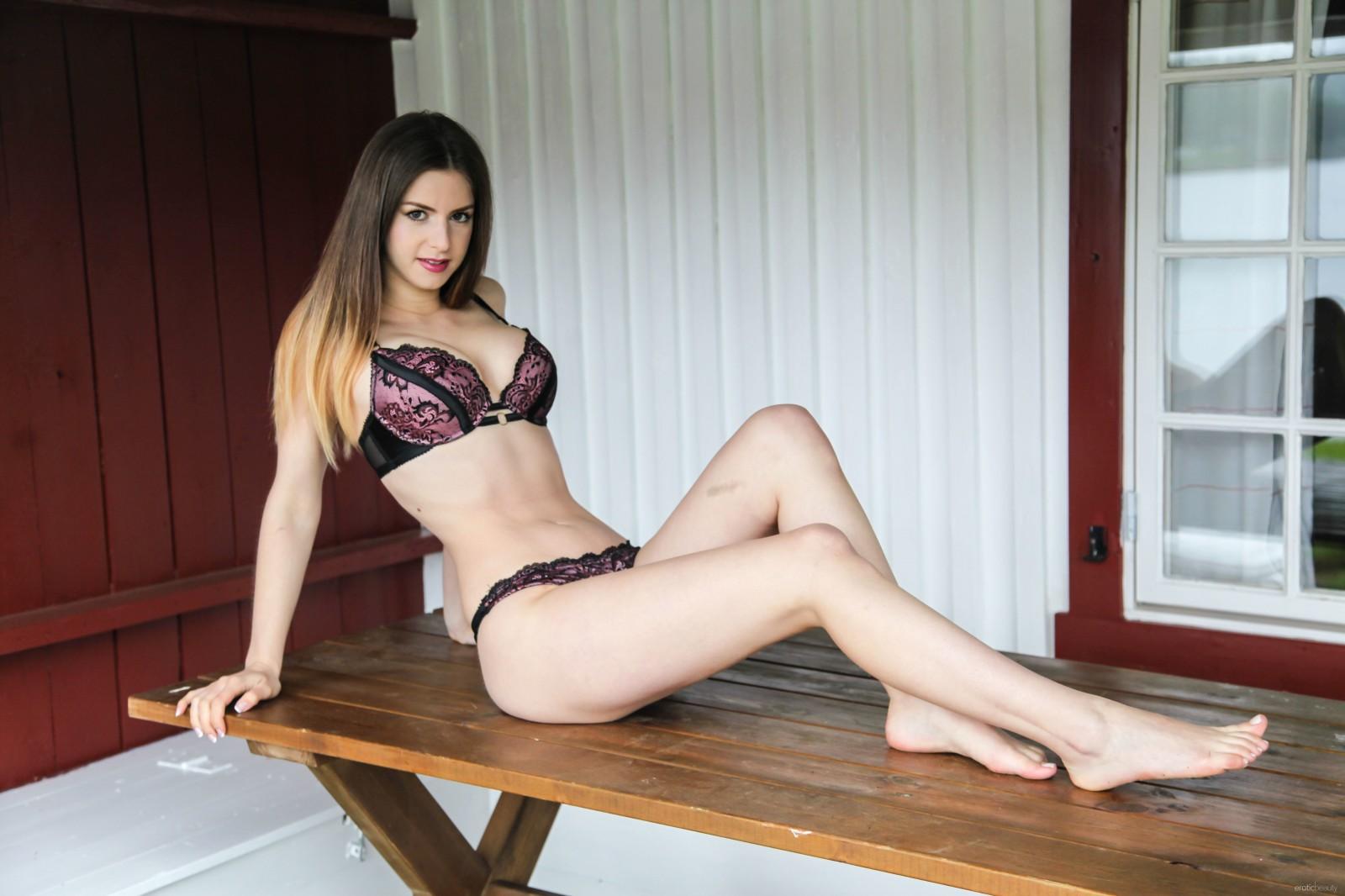 Stella Cox en lingerie de dentelle