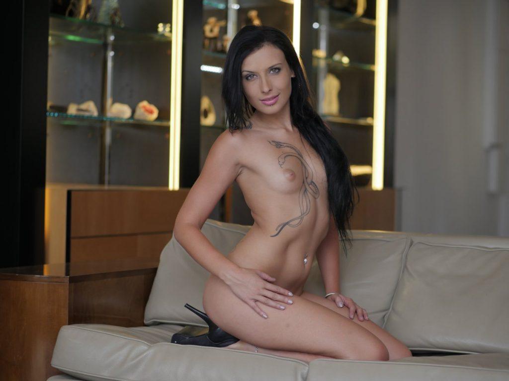 Amel Annoga nue