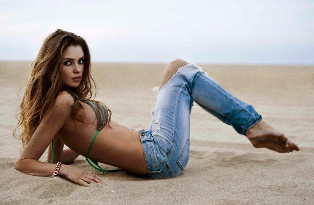 Anastasia Gias en jean et bikiniAnastasia Gias en jean et bikini
