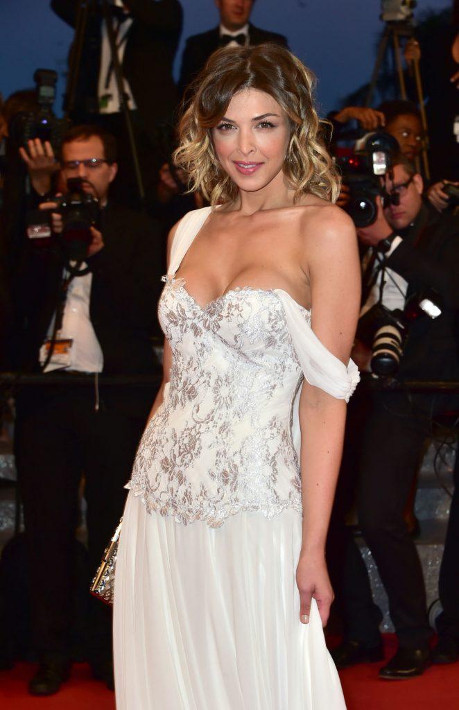 Éléonore Boccara en robe très décolletée