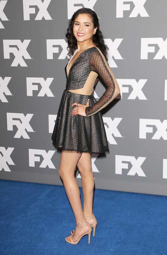 Emily Rios en mini-robe très décolletée