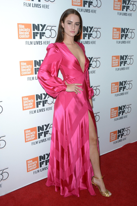 Grace Van Patten en robe très décolletée