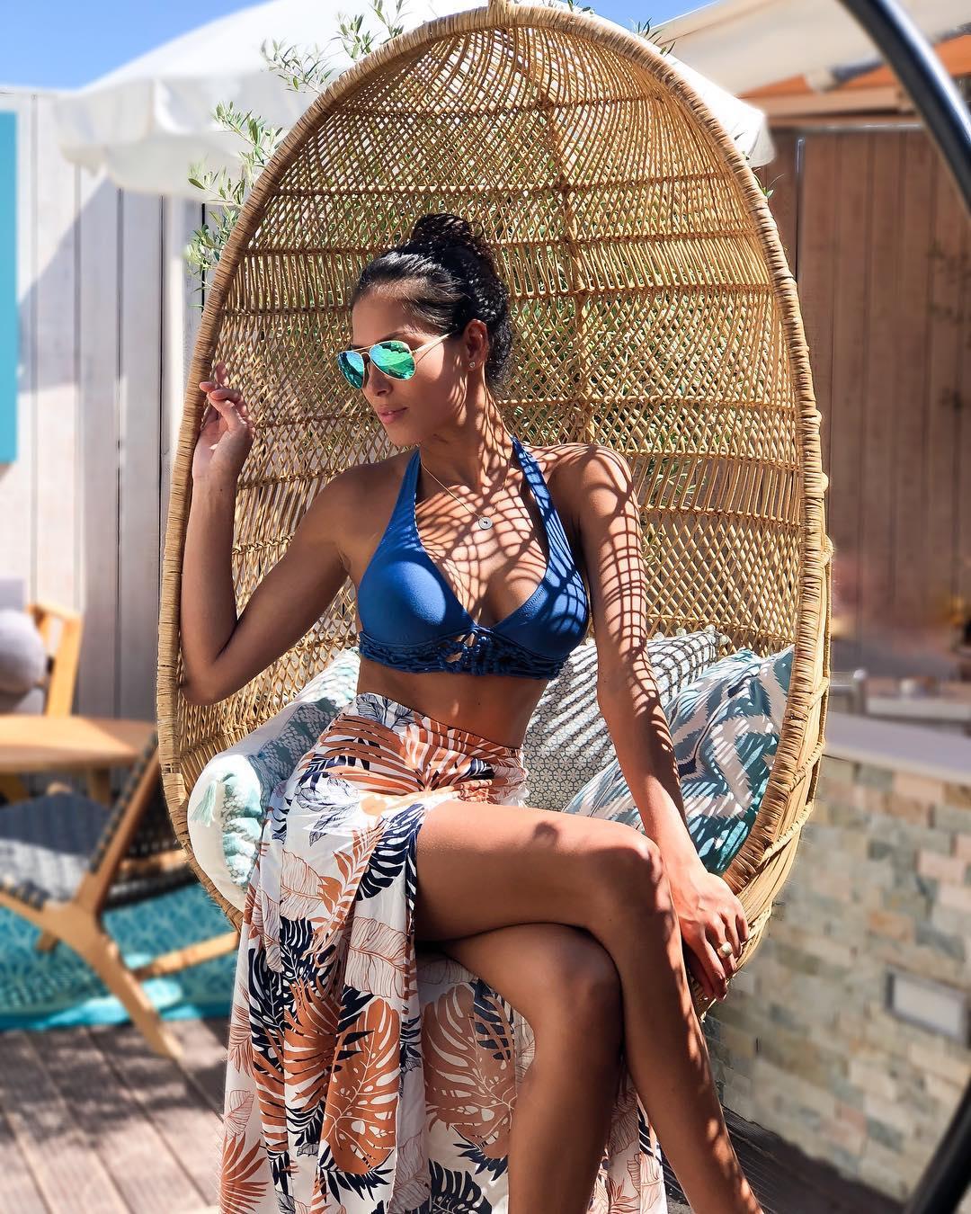 Hagda Prata en jupe fendue et bikini