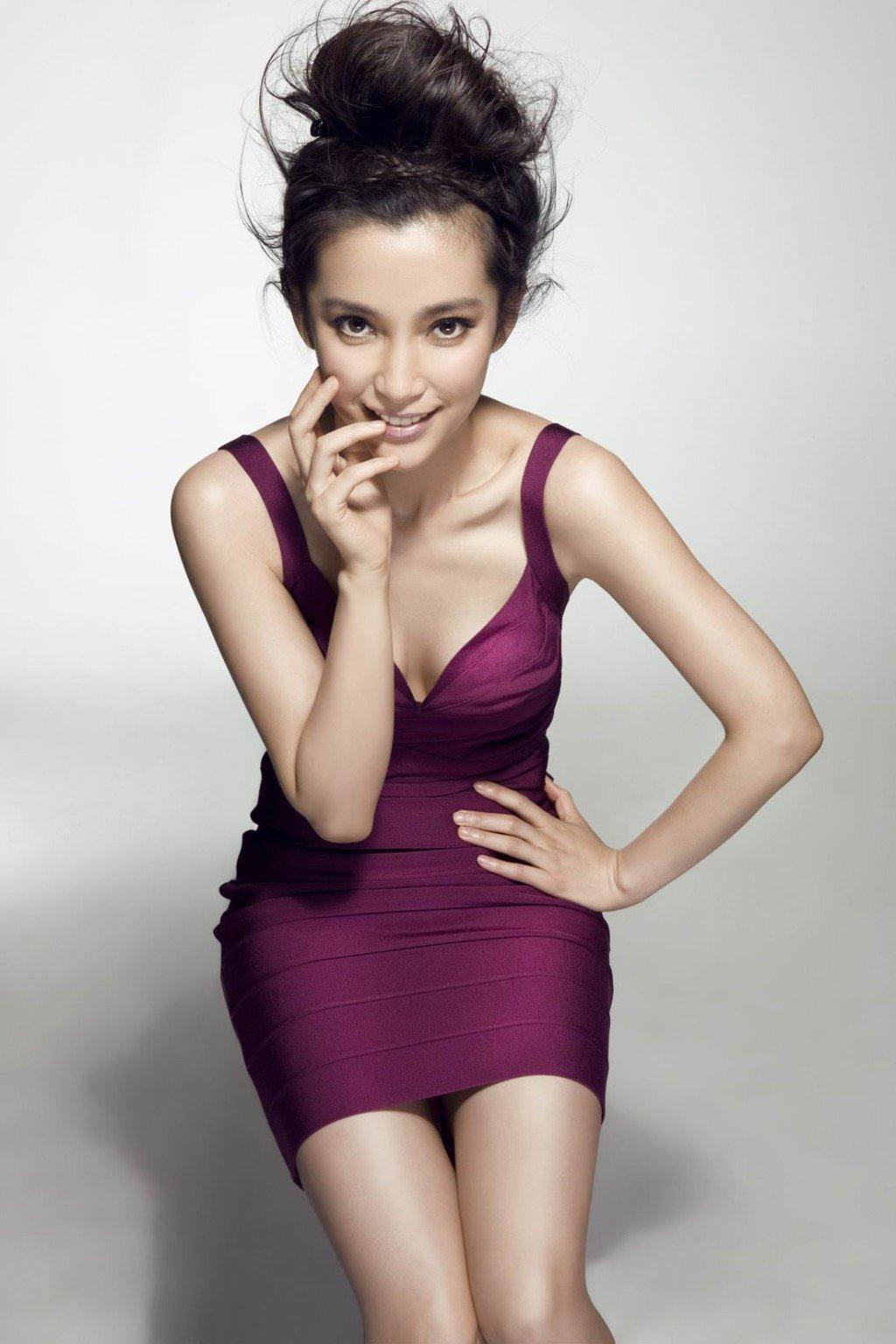 Li Bingbing en mini-robe décolletée