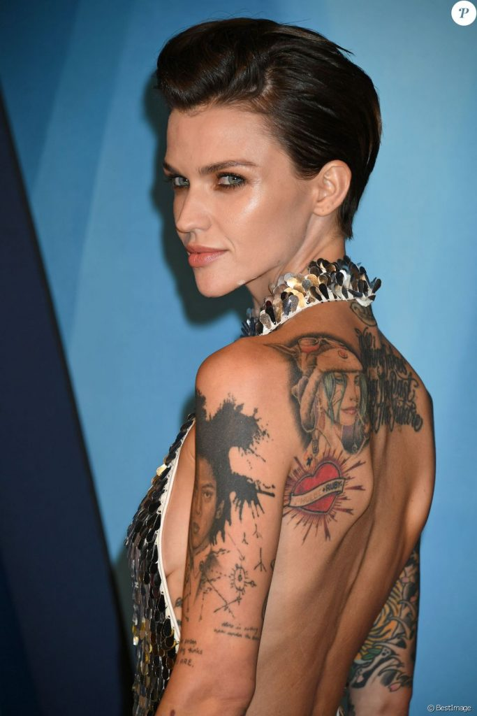 Ruby Rose en robe dos nu
