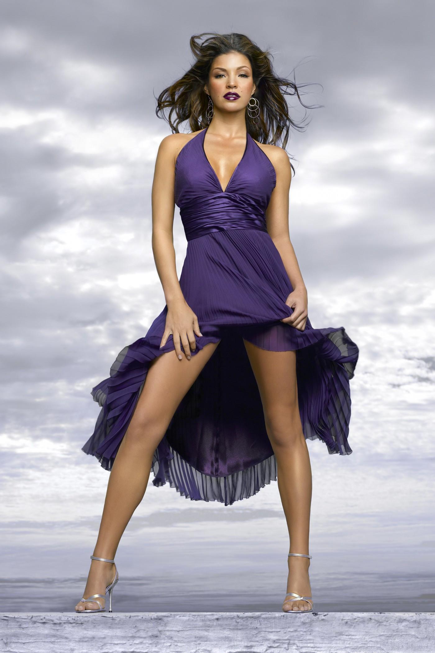 Sandra McCoy en robe très décolletée
