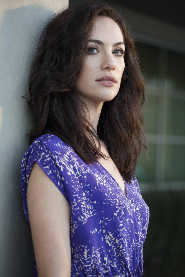 Kate Siegel en robe décolletée