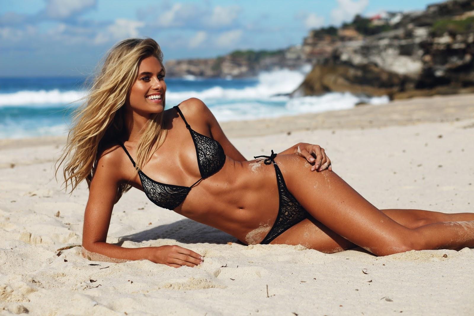 Natalie Roser en bikini sur la plage