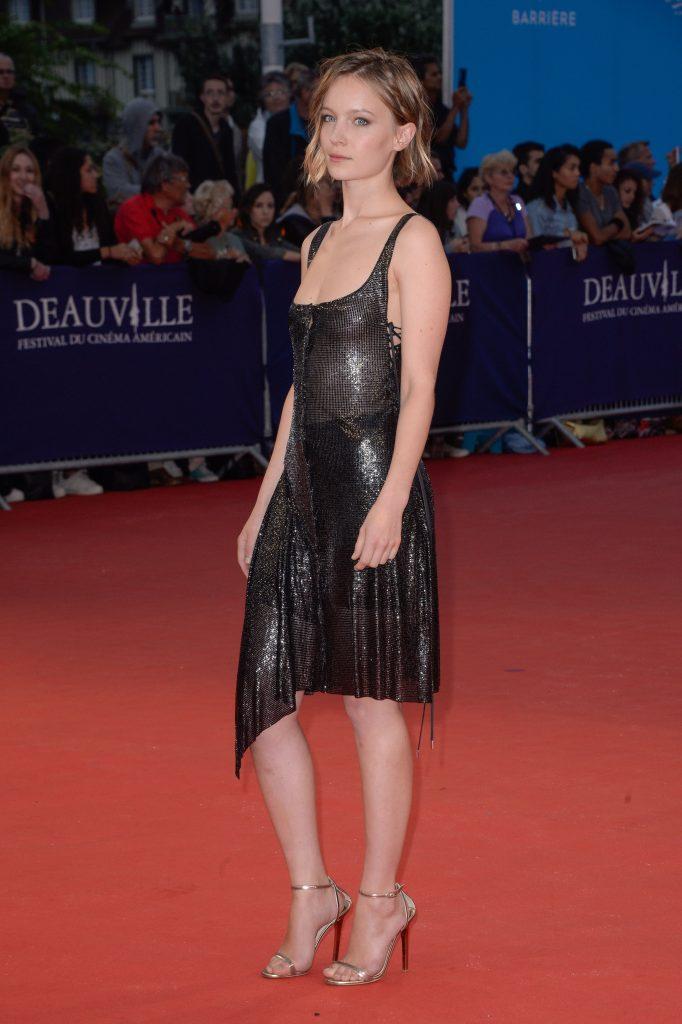 Diane Rouxel en robe décolletée