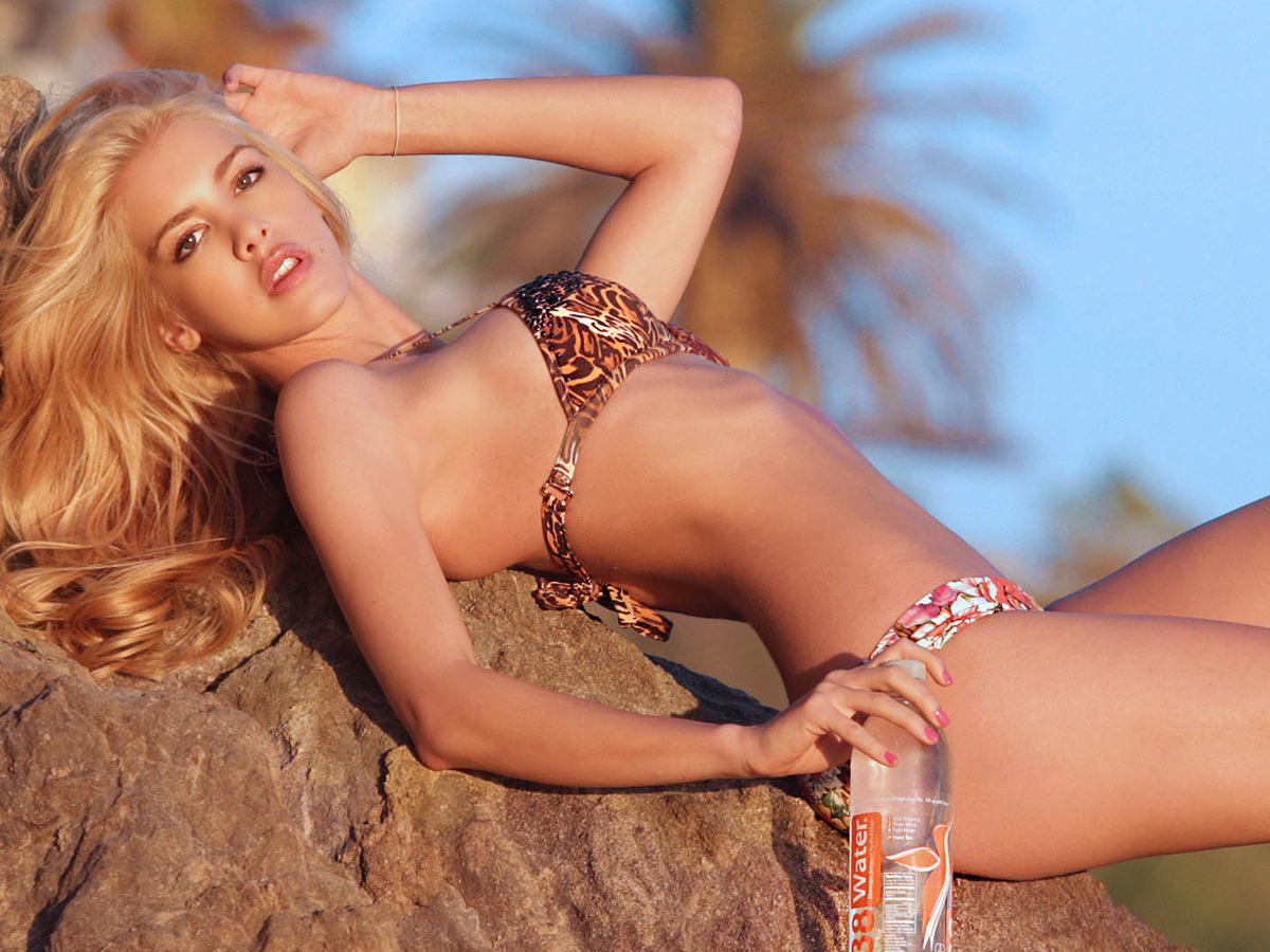 Kat Torres en bikini