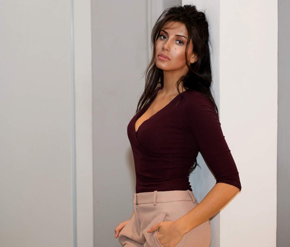 Leila Boumedjane en débardeur décolletée